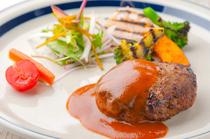 【道産牛・道産豚使用】肉汁たっぷりのハンバーグに舌鼓。看板メニューの『スロウス ハンバーグ』