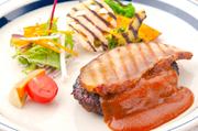 スロウス自慢のハンバーグに、自家製のベーコンを添えたボリューミーな一品!肉×肉のコラボに大満足★