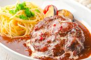 冬期限定の『煮込みハンバーグ』は、トマトをたっぷり使ったデミグラスソースが自慢。パスタも添えてボリューム満点に、炙ったチーズがとろりとおいしい、冬ならではのひと品です。