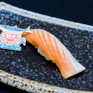 季節の食材にこだわる【寿司処 旬】では、「一万本に一匹」と言われる幻の鮭『鮭児』にもありつけます。脂のりが良く、とろける味わいは格別。鮭児の中でも、より上質なものだけを厳選しています。