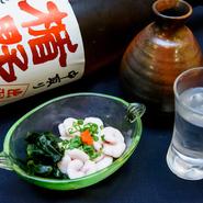 店主との会話を楽しみながら、美酒佳肴に酔いしれる至福のひと時。一人の時間を楽しむのもまた粋なものです。肴に最適と人気の小樽で水揚げされた大きな真鱈の「白子」はぽん酢・天ぷら・焼き物でも味わえます。