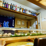 「北海道らしいお酒を」という想いで、地酒のラインナップも豊富。熱燗や冷酒など、飲み方も相談できます。碓氷勝三郎商店の『北の勝』、二世古酒造の『今金』をはじめ、黒龍酒造(福井)の『黒龍』もあります。