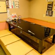 掘りごたつの座敷、貸切可能な完全個室、手仕事を間近で感じられるカウンター。訪れるシーンごとに異なる過ごし方が楽しめる小樽の寿司店。旬の季節食材にこだわる店主の、ゲスト思いの対応にも笑顔に慣れます。