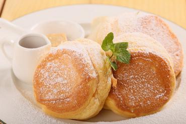 素材のおいしさを堪能する『シンプル バターミルクパンケーキ』は追加トッピングもOK