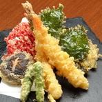 基本の海老天や野菜天のほか、変わり天ぷらも楽しみな『天ぷら盛り合わせ 五種』
