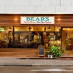 木の温もり溢れる佇まいとガラス越しに見える60年代を思わせる空間。デートの途中でふと足を止めて入りたくなるお店です。店内に流れる穏やかなハワイアンミュージックが、二人の間を和ませてくれます。