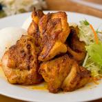 鶏のもも肉を数種類のスパイスに漬け込んだグリル料理。その繊細かつ大胆な味わいとジューシーでやわらかく食べやすい一品は、一度食べるとやみつきになると評判です。(ライスなし・モアモアチキンのみ⇒850円)