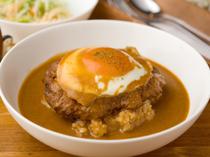 ボリューム感満点のガッツリ飯! 肉汁の旨味を閉じ込めたハンバーグと濃厚ソースでいただく『ロコモコ』