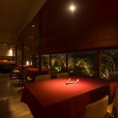 華やかさの中に落ち着きを感じる、料理を楽しむための上質な空間