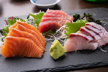 その時期に一番美味しい鮮魚の盛り合わせ。コースで楽しめる『鮮魚造り盛』