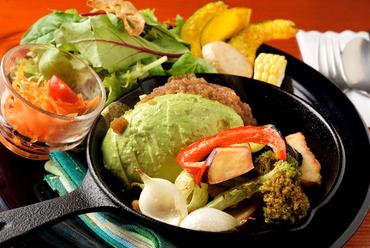 肉にアボカドが絶妙にマッチ。野菜もたっぷりな『アボカドととろけるチーズハンバーグ』