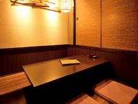 和やかに談笑しながら料理とお酒を楽しめる和モダンな空間