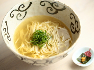 最後の一滴まで飲み干せる極上のスープが絶品の『かけそば』