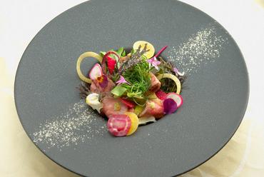 食を通して伝える魅力『近江牛の低温ロースト サラダ仕立て』