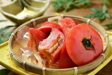 目の前で揚げたての天ぷらをご提供。