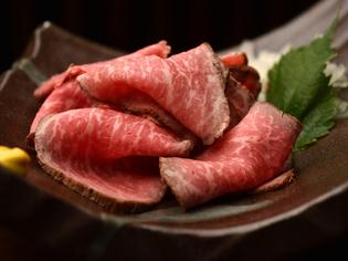 旨い肉汁を閉じ込めた黒毛和牛の『ローストビーフ』