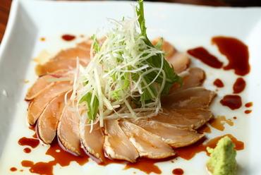 薬味の食感とオリーブオイルの香りがたまらない、国産鶏を使用した『ささみのカルパッチョ』