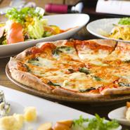 山形市中心街での女子会に人気の店。県内産の旬食材をふんだんに使った皿が充実。お得なセットもあり、前菜・石窯ピッツァ・パスタなど自慢の5品がつくコースは、なんと2000円。大満足の味&ボリュームです。