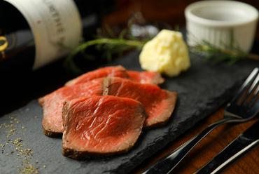 柔らかな食感で一番の人気メニュー。濃厚な手づくりソースと味わいたい『自家製ローストビーフ』