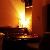 レトロな外観とシックな店内とのギャップが心地良い空間を演出