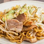 お好み焼きに欠かせないキャベツは常に新鮮なものを厳選。玉子・ソース・鰹節・肉なども全て国産にこだわって仕入れられています。新鮮な国産素材を使った料理の数々をぜひ賞味あれ。