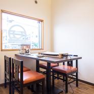 まるでCAFEに来たような、カジュアルな感覚で食事を楽しむことができます。真っ白の壁と木のテーブルという優しい組み合わせ。清潔感のある空間でくつろぎのデートはいかがでしょうか。