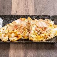 玉子は内閣総理大臣賞受賞の「会田共同養鶏組合」から、鰹節は大正4年創業、100年以上伝統を守り続けてきた「植田鰹節店」から取り寄せ。新鮮さはもちろん、味とブランドにもこだわって仕入れています。