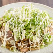 新鮮な野菜と旨い豚肉。定番のソース焼きそばの上にたっぷりのネギがたまらないオリジナルメニュー。もちもち玉子麺は本場大阪から取り寄せています。いろいろな食感を楽しむことができる、魅力の一品。