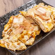 柔らかく風味豊かな豚肉を、こだわりのとろーり玉子の生地で包みこんだ料理。削りたての鰹節が踊る様子はSNS映えバッチリ。とろけるような食感に魅了されます。