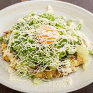 ふわふわな食感のお好み焼きに、生地が隠れるほどのたっぷりのネギをかけて、新鮮な玉子の黄身をトッピング。ネギマヨ好きにはたまらない一品です。中身の具材は食べてみてのお楽しみです!