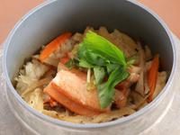 鶏・蟹・鯛・うになど、季節食材を味わう『釜めし』