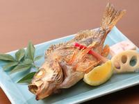 太刀魚、銀ダラ味噌焼き、めばる塩焼き、甘鯛若狭焼き、カンパチかま焼きなど、季節ごとの旬魚を焼き物で。素材の旨味を引き出すひと手間を加えた、シンプルながらも滋味を堪能する、素朴で上等な和食に出合えます。