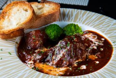 お肉の柔らかさと深みの増したソースの美味しさは、手間暇かければこその『ビーフシチュー!』