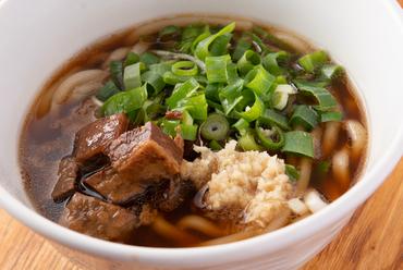 牛骨ベースのスープが評判の『肉うどん』