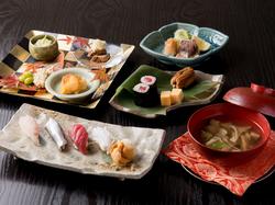 鮨をメインに煮物、焼き魚、2種類の椀物など、旬の味わいを満喫できるこだわりのコースです。
