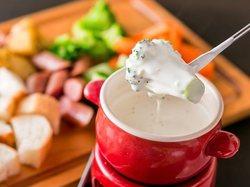 チーズフォンデュ含む全14品がまさかの食べ放題!前菜やサラダ、肉料理まで全て食べ放題!