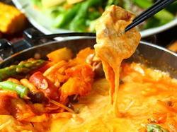 2種類の濃厚なとろ~りチーズと甘辛タレの最強コンビ!お肉やソーセージ,数種類の野菜をよくチーズに絡めて