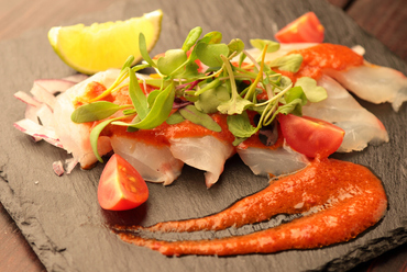旬の魚にメキシコの唐辛子をブレンドした自家製ソースが決め手の『本日の鮮魚のティラディート』