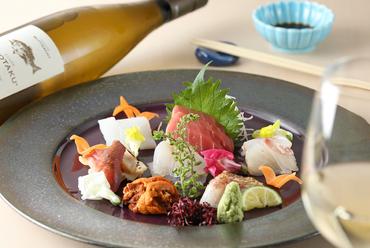 鮮度抜群の旬の魚介を贅沢に盛り付けた『お造り盛り合わせ』