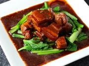 甘辛く煮込んだ分厚い豚バラ肉。内側までタレが染み込んでいて、お酒ともご飯とも相性抜群です。