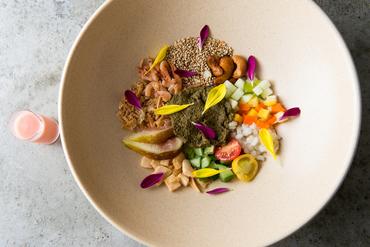 発酵茶葉と季節の味で奏でるスペシャリテ『ティーリーフサラダ』
