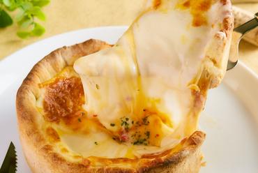 【5種チーズのシカゴピザ】登場!!話題沸騰中!溢れるチーズはまさにフォトジェニック・ムービージェニック♪