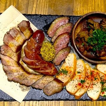 燻製肉5種盛り!ボリューム満足の4000円コース(飲み放題2時間)