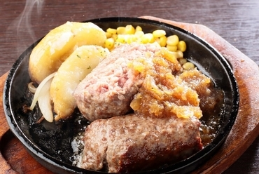 あふれる肉汁がたまらない!自家製ソースで仕上げた『レアが美味しい牛100%鉄板ハンバーグ』