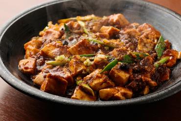 ピリリと痺れる辛さと奥深い味わいで、ごはんがどんどん進んでしまう、本格的な『師伝!麻婆豆腐』
