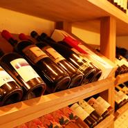 自然派ワインはイタリア・フランス・オーストラリア・スロベニア・ニュージーランドなど海外産のほか日本産も豊富。平川ワイナリー、北海道のドメーヌタカヒコ、余市、愛知のアズッカ エ アズッコなどに出合えます。