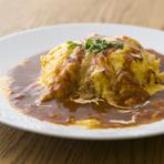 低温で1時間かけ火入れした鶏肉でつくるチキンライスは、柔らかくしっとりとした食感です。ふわふわでとろけ出る半熟玉子を上に乗せ、特製のデミソースをかければ完成。子どもから大人まで楽しく味わえる一皿です。