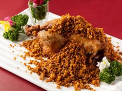 前菜によだれ鶏、雛鶏のにんにくと山椒風味の丸揚げなど含む全11品の大満足のコース!飲み放題付です!