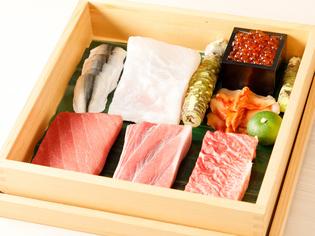 日本各地の市場から直送される、その日に水揚げされた海の幸