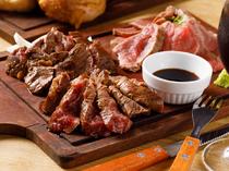 季節ごとに厳選された美味しさを味わえる一皿。ジューシーさがたまらない『KOIKI厳選牛3種盛り』